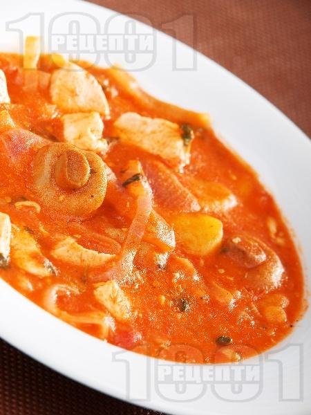 Яхния от пилешко месо с доматен сос, картофи, лук и мариновани консервирани гъби - снимка на рецептата